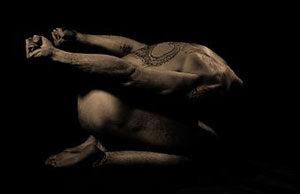 Leon Maria Coeur bei einer Übung, auf dem Rücken das heilige Tatoo der kosmischen Verschmelzung.